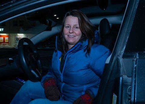 ANGRER IKKE: Trine Johansen (41) har ikke angret en dag på at familien kjøpte seg Tesla. – Jeg anbefaler alle å kjøpe seg elbil.