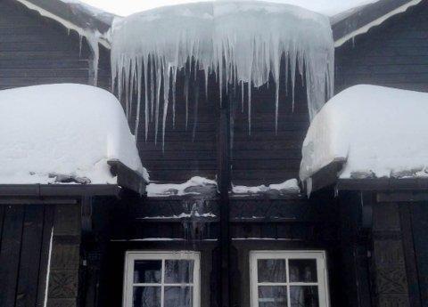 ISTAPPER: Her henger det istapper fra taket til hytta til Ørjan og Kristine Jørstad Bock på Skaidi i Hammerfest kommune. iFinnmark har fått bildet tilsendt fra Hammerfest tingrett.