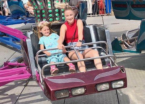 JENTETUR: Cecilie Utler og datteren Maja testet Twister–karusellen på Hugos tivoli lørdag, til stor glede for begge, ikke minst for mor!