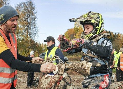 KJAPP SERVICE: Oliver Nordby får nye briller og en rask service av pappa mellom etappene. 15-åringen fra Bjørkelangen ble nummer tre i juniorklassen.