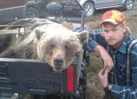 NÆRE PÅ: Lierfossingen Kent R. Olsen ved siden av bjørnen som jaget ham. FOTO: PRIVAT