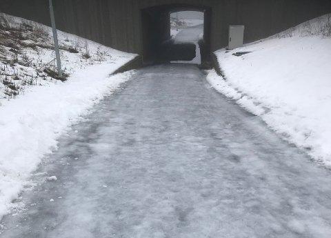 SKØYTEBANE: Slik så skoleveien ut mandag formiddag.