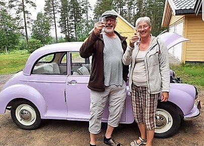 FEIRET: Olav Bjørge og kona Reidun kunne koste seg på å feire at Morrisen førstnevnte kjøpte i 1973 omsider er ferdig restaurert, etter 48 år.