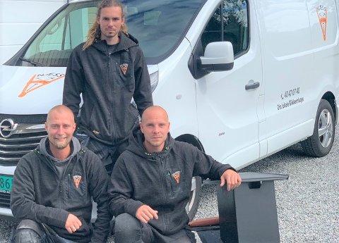 STARTET FIRMA: Rudi Næss (foran t.v.), Trygve Vik-Andersen (bak) og Alexander Ingemar Johansson har startet blikkenslagerfirma sammen. Trioen har mer enn nok å gjøre.