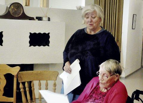 Leder allsangen: Marit Maurstad er initiativtaker til aktivitetene på 3-tallet, og hun leder an i allsangen hver onsdag. Foto: Vita Elise Thorup Eliassen