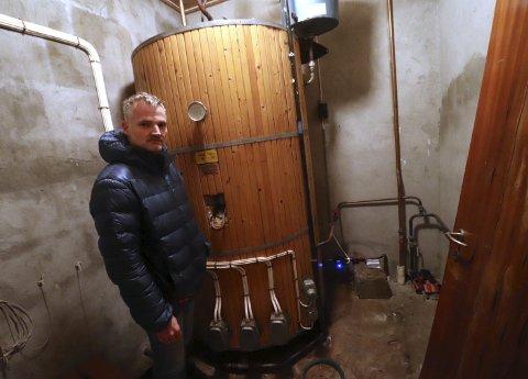 Antikk: – Varmtvannsberederen er 50 år gammel og har hatt stadige feil, fortelle FAU-leder Ole Nerdrum.alle foto: Jarl Rehn-Erichsen