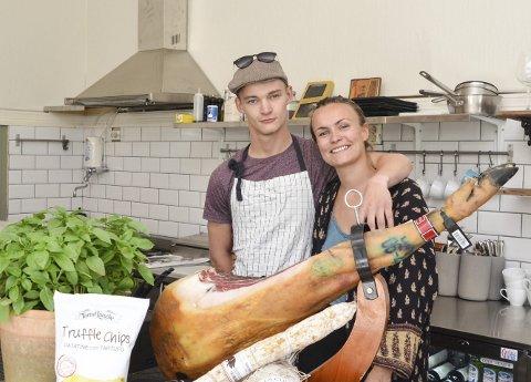Birk Østrem og Vilde Naomi Enge er to tredjedeler av staben på Il Viccolo. Fredag starter de opp for fullt i det tidligere lokalene til Kaffe & Juice.