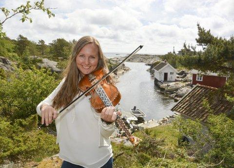 SPELEKVINNE: Toner fra Annika Westgårds hardingfelespill og kveding kan høres i Portør i sommer.