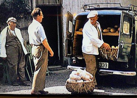 1: Laster bakervarer inn i brødbilen. Fra venstre Jon Sveinungsen og brødrene Per og Thomas. FOTO: Privat  2:  3: Mor til Signe og Anne Johanne, Hilda Sveinungsen likte godt å kjøre bil. Bildet er fra en tur til Drangedal. Foto: Privat 4: Et minne fra gamle Kiils Bakeri. Foto: Jimmy Åsen 5: Unge og eldre er samlet rundt bordet under en tilstelning i Kil. Foto: Privat