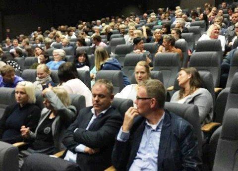 Kinosalen var full torsdag kveld. (Mobilfot: Vibeke Skåle).