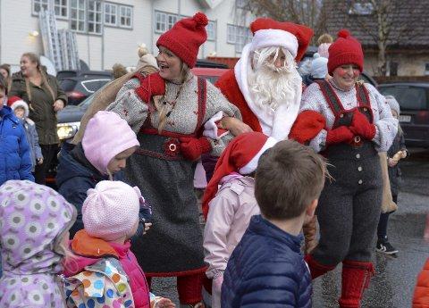 Men til slutt henta nissemor og nissefar den ekte nissen (Sverre Bjørnevik) som hadde med seg snopeposar til alle ungane.