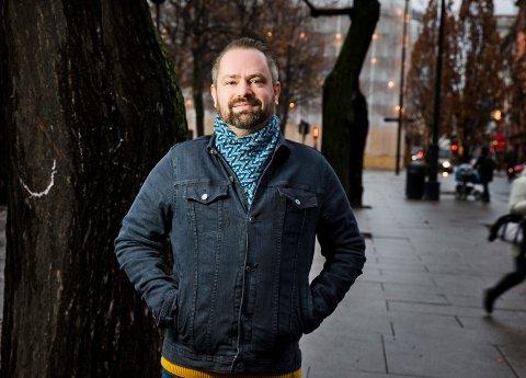 KRITIKAR: Asbjørn Slettemark, opphavleg frå Husnes, er landskjent som mellom anna tv- og seriekritikar. Vi spurde om han ville dela nokre serietips med kvinnheringane i denne spesielle tida, noko han sa seg villig til.