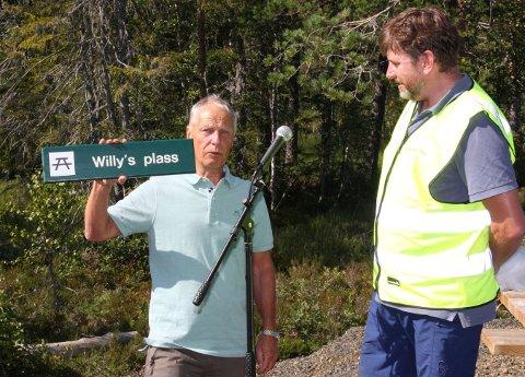 OVERRASKET: Willy Eide (t.v.) ble overrasket med at en av rastebenkene skal hele Willys plass. Trond Skistad mener det er vel fortjent.