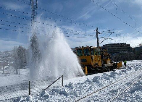MÅKEJOBB: Det falt mye snø i Kongsberg torsdag, og nå gjenstår mye ryddejobb for blant annet Bane Nor.
