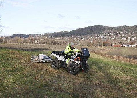 Er det noe under jorda? Georadarundersøkelsene kom endelig i gang på Huseby gård. Ole Jørgen Halle fra Terratec kjørte maskinen som kan sitte på svaret om hvorvidt det er vikingskatter under jorda på Huseby.