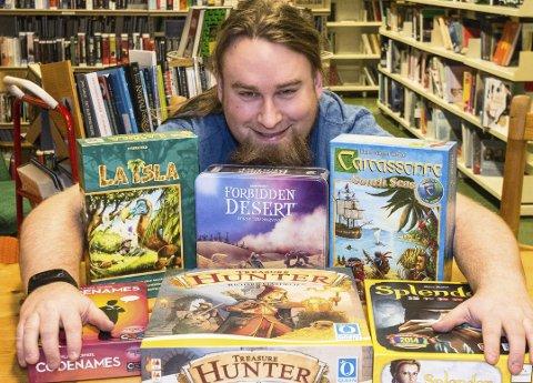 Inviterer til brettspilling: - Brettspill er en form for kulturuttrykk, og dermed en del av det bibliotekene skal dekke, sier bibliotekar Hanstein Mørkved Rommerud