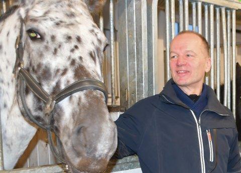 Leder Sveinung Skårset i Stiftelsen Lofoten Hest og Helsesenter på Fygle, her sammen med Diva.