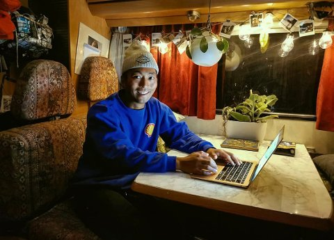 Patrick Carlos Olsen på hjemmekontor i bobilen.