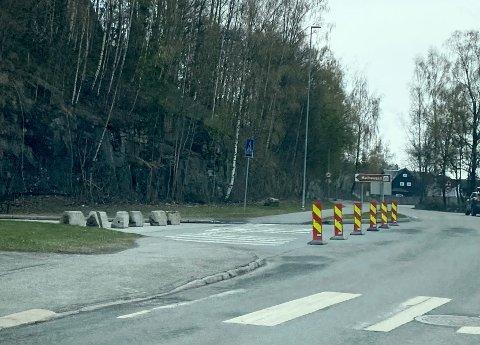 Maihaugvegen er stengt for trafikk mens det fjernes midlertidig asfalt og legges ny.