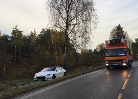 Såpeglatt: Flere biler havnet utfor veien i morgentimene fredag. Denne Teslaen sto i grøfta på Myrvoll i Oppegård.