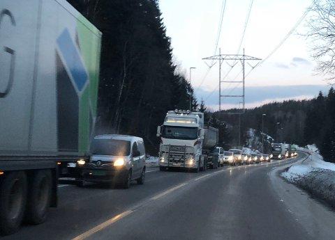 Det er lange køer på E6 etter at Nøstvettunnel ble stengt onsdag ettermiddag.