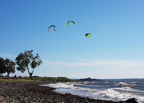 OPTIMALT: Med tropevarme og kraftig vind var det gode kite-forhold på Refsnes torsdag.