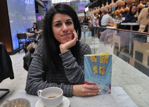 """FORFATTER: Neda Alaei er fra Moss, men bor i dag i Oslo og møtte Moss Avis til en kopp kaffe i Østbanehallen. Kaffe spiller også en viss rolle i hennes debutroman """"Dette er ikke oss""""."""