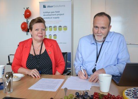 SKREV UNDER: Fylkesvaraordfører Siv H. Jacobsen i Miljøløftet Moss og plassjef Ove Arnesen ved Aker Solutions Moss har undertegnet byens første «Hjem-jobb-hjem»-avtale.