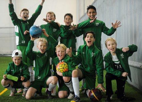 GØY MED CUP:  Bak fra vensre: Sindre, Anders, Fabijan, og Kevin Singh. Foran fra venstre: Frederik, Peter, Casper, Fadel og Joachim.