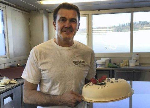 BAKER TOMM: I bakeriet til Nordstrand Conditori tryller han frem mange slik flotte kaker til alle anledninger. Foto: Privat