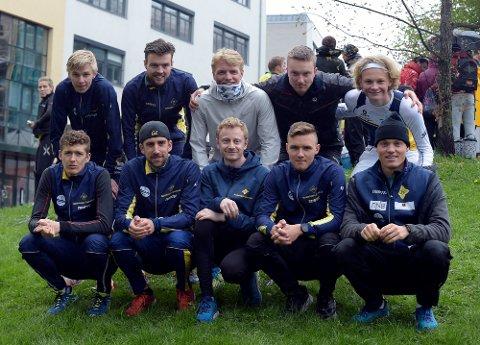 SAMARBEID: Bækkelaget hadde med seg litt av både langrenn, orientering og friidrett i Holmenkollstafetten.