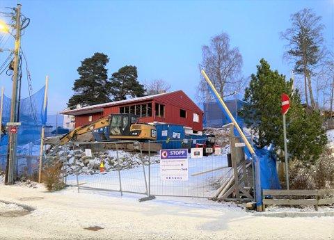 BYGGES UT: Denne gamle eneboligen ved siden av Munkerud skole skal bygges om og utvides til tre boenheter.