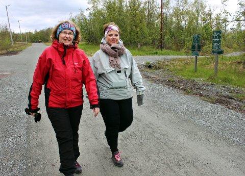 STEG FOR STEG: Birgit Wangsbro (53) og Lise Bygdnes (54) trener både kropp og hodet når de regelmessig går på tur. - Man får luftet tunge tanker på turen, sier Lise. Hun mener man kommuniserer bedre når man er i bevegelse.