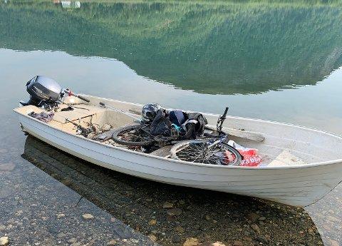 PÅ REK: I båten ligger det blant annet en sykkel og en bag.