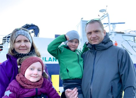 VENTER: Her venter familien på kaia. Fra venstre: Berit Strømseng med Marie (6) og Charles Garden med fire år gamle Olav på armen