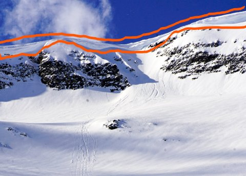 Her henger skavla - og like under har noen lekt seg med snøskuter. Foto: Privat