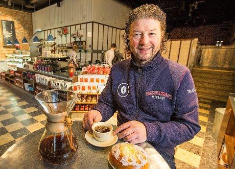 Medeier Pål Einar Eilertsen i Kaffebønna gleder seg til Havneterminalen står ferdig. Dette bildet er arkiv fra en tidligere utgave av Kaffebønna strandtorget.