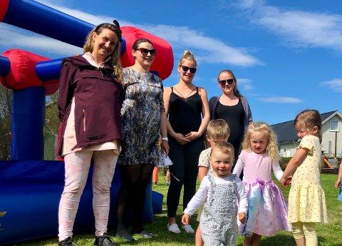 BABYBOOM: Bak fra venstre Stine Benjaminsen, Monika Kaczmarek, Milena Graclik og Kamilla Haraune med sine unger. De er fire av åtte som føder nye barn på Sommarøy i 2020.