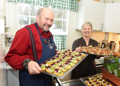 Lite kjøkken: Tor Jacobsen og Lina Dybdal med retter som skal ut på åpningsdagen.