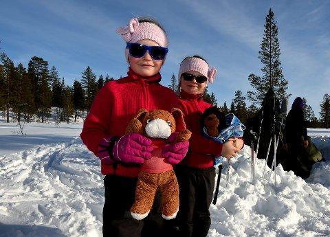 ALLE ER MED: Når Celina (8) og Sofie (7) skal overnatte ute må bamsene være med, ja og mamma og pappa da.