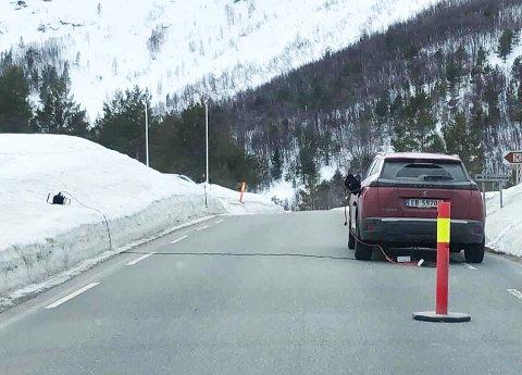 SKJØTELEDNING: Her står bilen på lading midt i vegen.