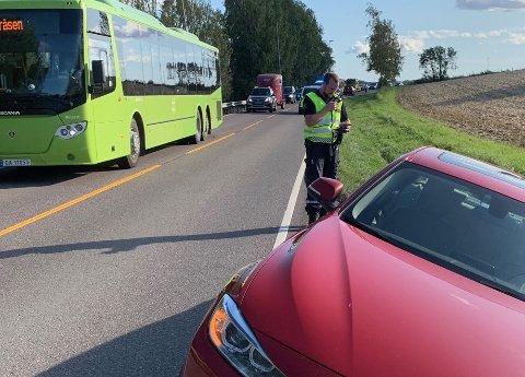 AV VEIEN: Bilen skal ha kjørt av veien da det kom en annen bil imot.