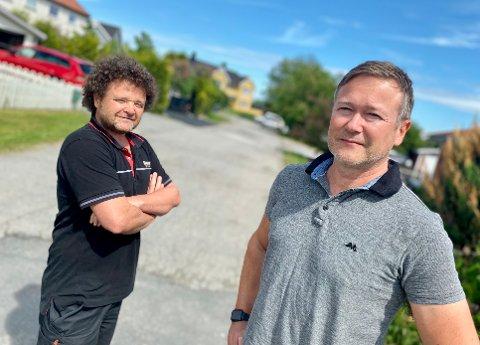 LETTET: Lars Teigen (i front) og Espen Øyen er lettet etter at Nordre Follo kommune nå tar over eierskapet og vedlikeholdsansvaret i Monsrudveien på Finstad i Ski.