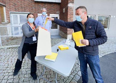 TAKKNEMLIG: Raymond Eivik fra Langhus hadde luftveissymptomer på morgenen, og setter stor pris på at han fikk muligheten til å stemme likevel. Lillian Løvfold og Morten Bue i Nordre Follo kommune tok seg godt av dem som stemte bak rådhuset.