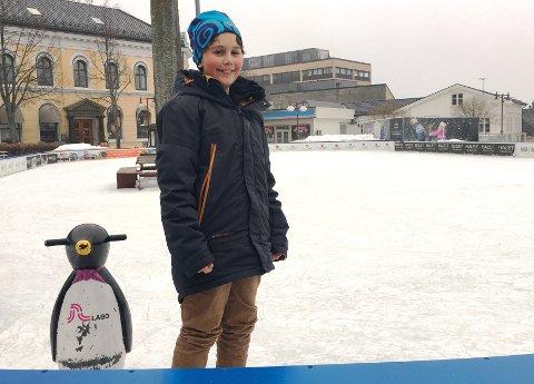ENDELIG VINTERFERIE: Aksel (11) sklir inn i vinterferien på skøyter.