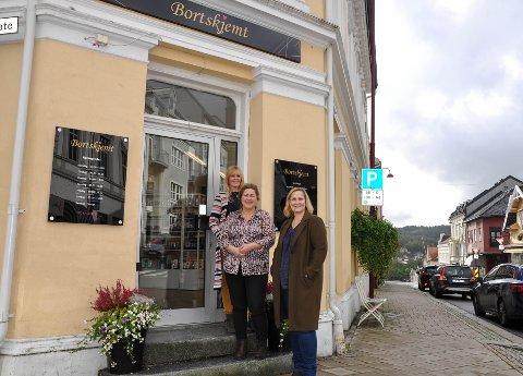 NYE LOKALER: Ansatt Nina Næss Asbjørnsdatter, eier Janne Gui og ny daglig leder Jane Ørbæk er strålende fornøyde med Bortskjemts nye lokaler i Kongegata.