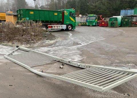 TOK FART: Denne porten var ikke nok til å stanse biltyvene som var inne på området til Stensvold anlegg på Verningen.