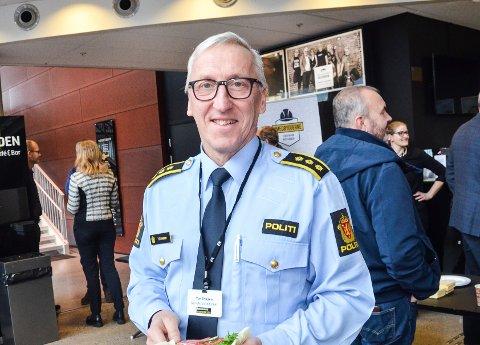 HUSK REGLENE: Politiet må minne folk om å holde en meter avstand. Det forteller politistasjonssjef Tor Eriksen.