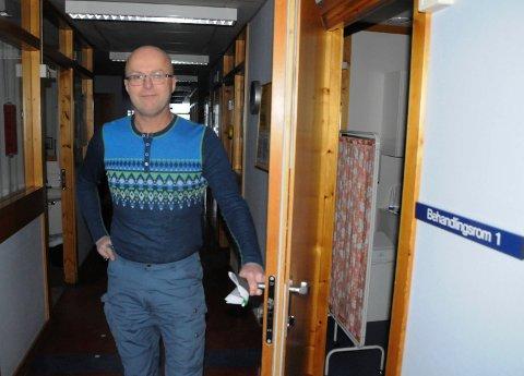 TRANGT OM PLASSEN:  Kommuneoverlege Knut Selmer i Tynset forviler for at det er for trangt for flere fastleger på Tynset legekontor.