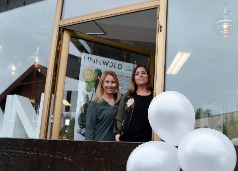 ÅPNET DØRENE: Hanna Helseth (t.v.) og Linn Wold åpnet lørdag dørene til sitt nye showroom i Gamle Trysilveg i Elverum. (Foto: Bjørn-Frode Løvlund)